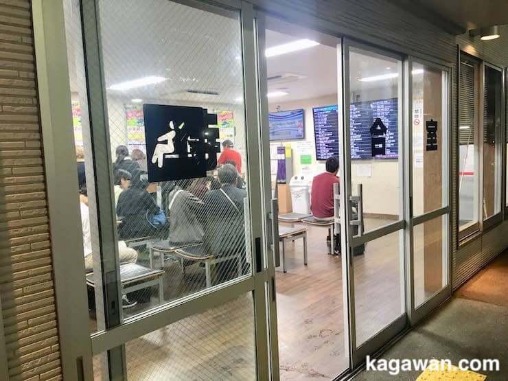 待合室でバスを待つ